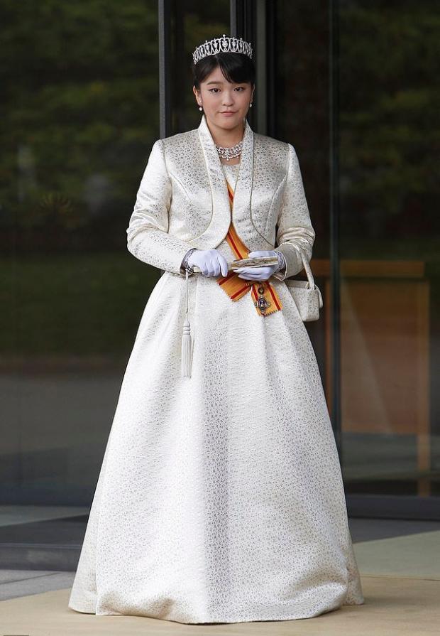 Принцесса Мако в платье и королевских украшениях