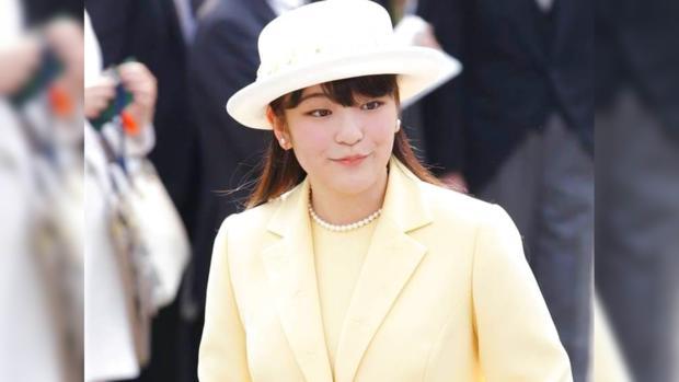 Принцесса Мако в красивом желтом костюме и шляпке