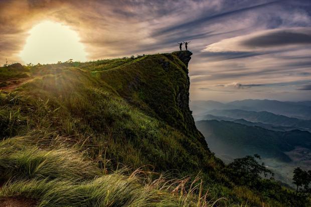 двое людей на вершине горы, восход солнца