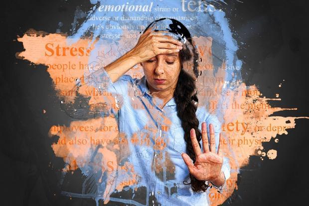 девушка в окружении стресса и тревоги