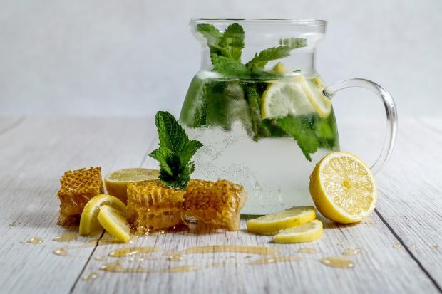 лимонад в стеклянном кувшине, лимоны, мята, мед в сотах