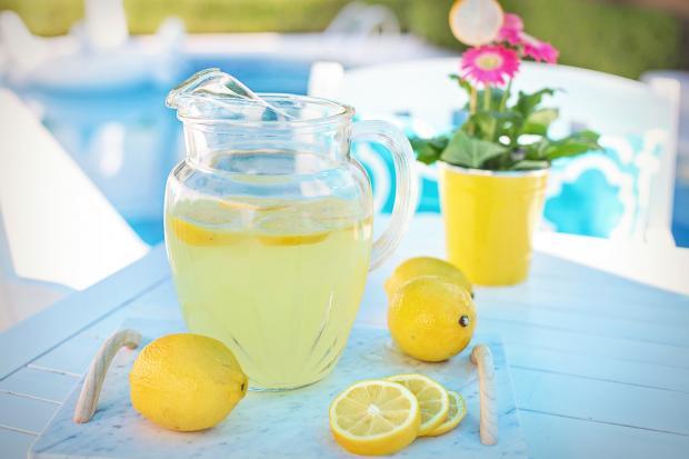 лимонад в стеклянном кувшине, лимоны