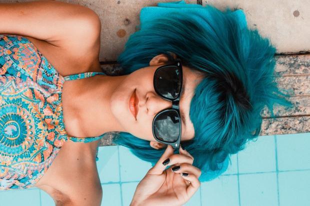 лежит девушка с синими волосами