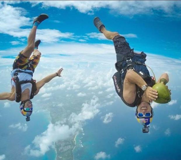 Два человека парят в воздухе после прыжка из самолета
