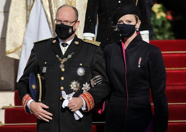 Князь и княгиня в масках праздную День Монако
