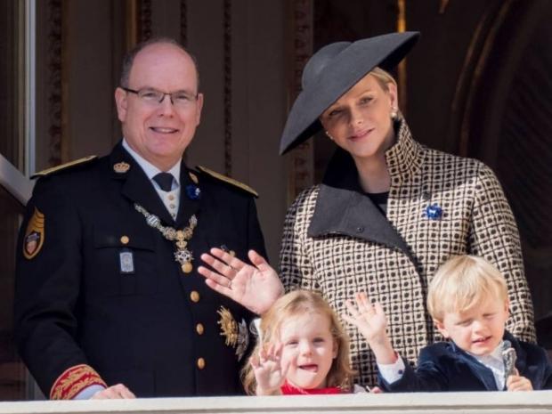 Князь и княгиня Монако с детьми машут с балкона поклонникам