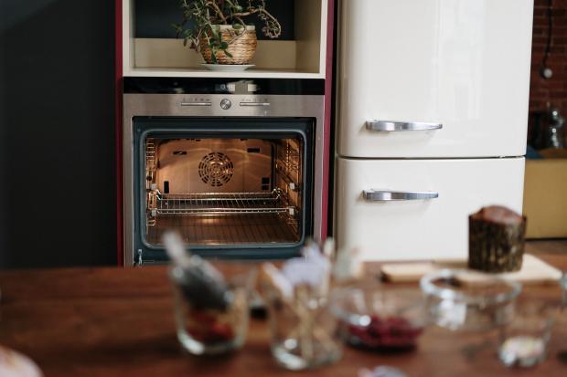 Духовка на кухне возле холодильника