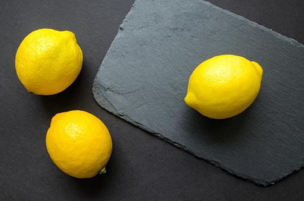 Лимоны на черной доске