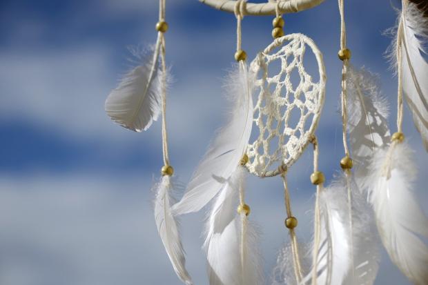 ловцы снов на фоне голубого неба