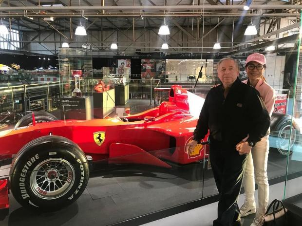Жан Тодт рядом с машиной Шумахера