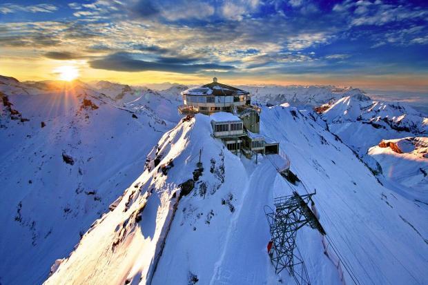 горная станция в снегу - закат солнца