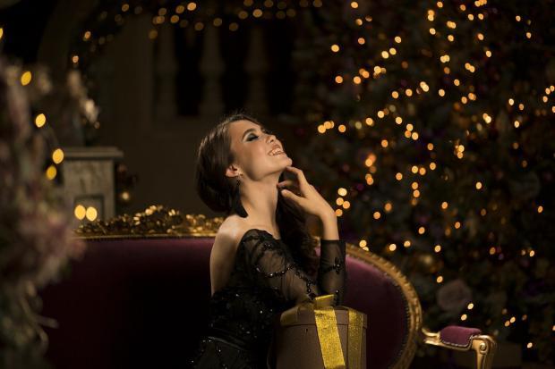 девушка в красивом платье смотрит на мишуру