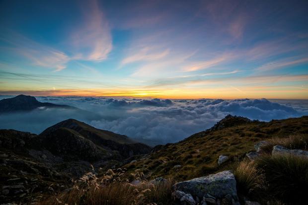 встающее солнце из-за вершины горы