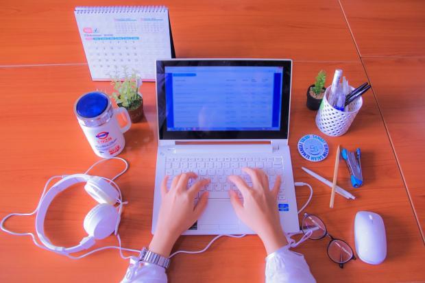 ноутбук с чашкой чая и наушниками