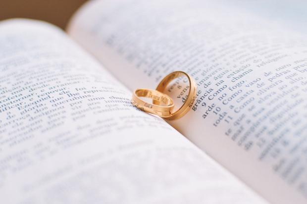 обручальное кольцо на книге