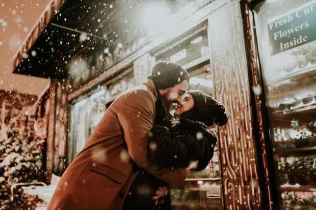 пара влюбленная целуется