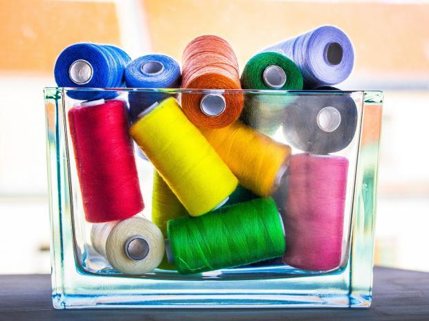 стеклянный сосуд с разноцветными нитками