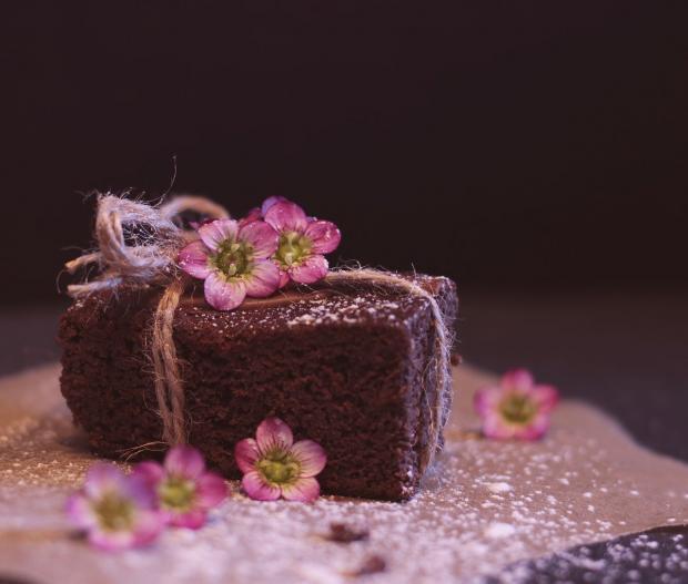шоколадный торт украшенный цветами