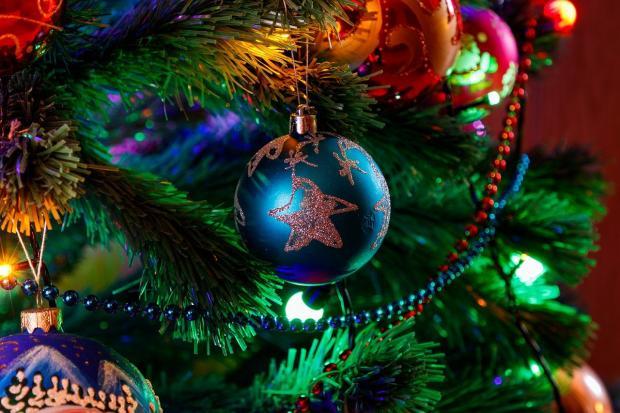 украшенная шарами и бусами новогодняя елка