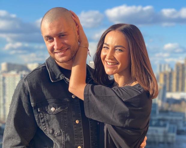 Дава и Ольга Бузова обнимаются