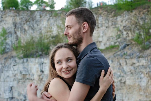 влюбленные обнимаются на фоне обрыва