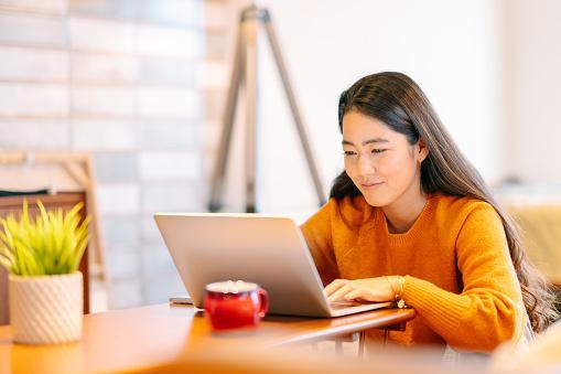 девушка из Японии за ноутбуком