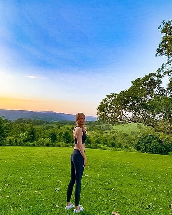 Николь Кидман на фоне красивого пейзажа