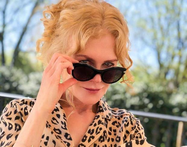 Николь Кидман в солнцезащитных очках и с красиво уложенными волосами