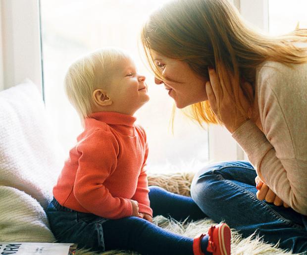 Мама с сыном сидят у окна