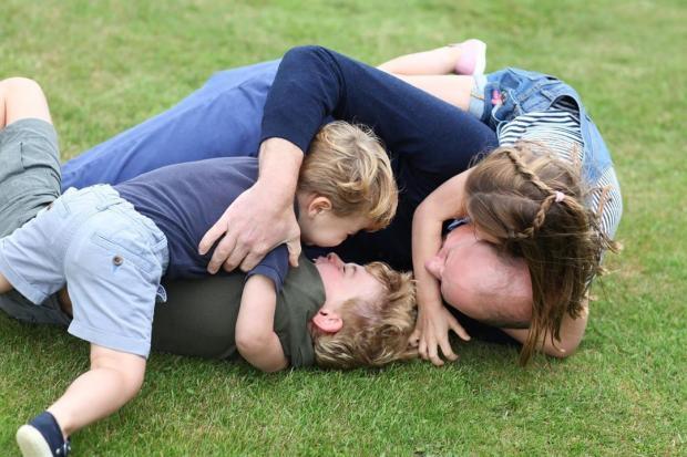 Принц Уильям играет во дворец с тремя детьми