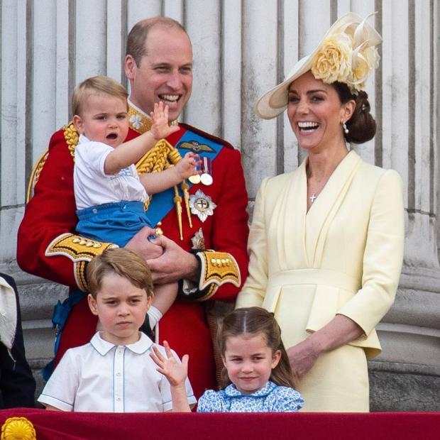 Принц Уильям и Кейт Миддлтон с детьми на балконе Букингемского дворца