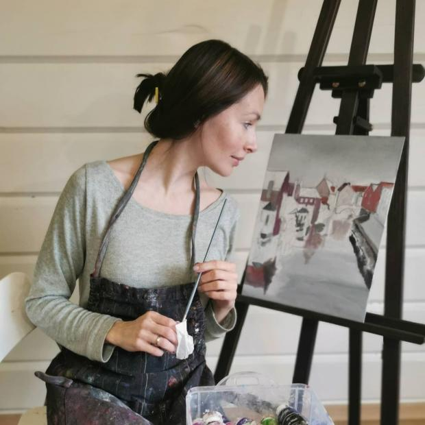 Наталия Антонова рисует картину