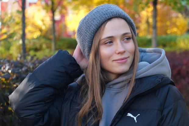 Анна Кошмал в шапке и куртке
