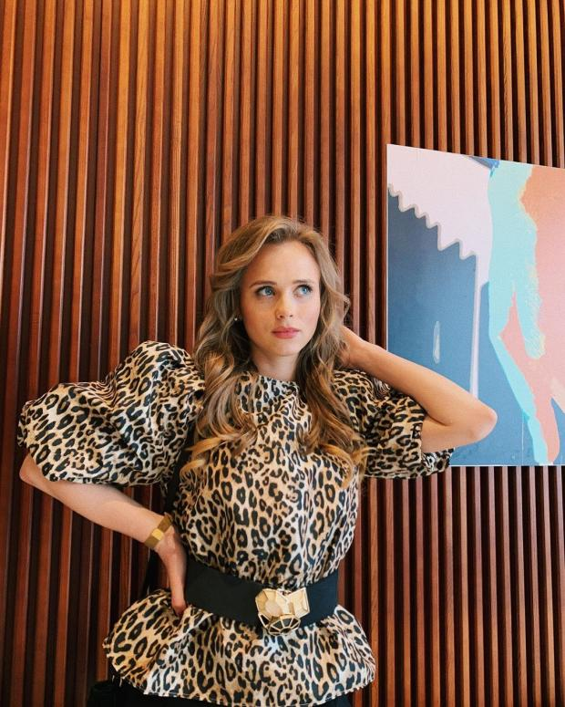 Анна Кошмал в леопардовой блузе