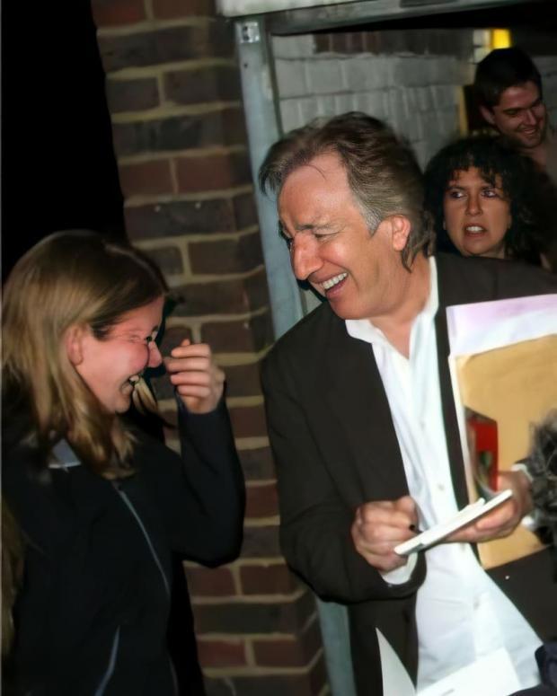 Алан Рикман смеется с поклонницей