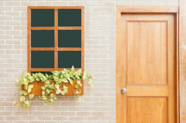 Деревянная дверь и окно