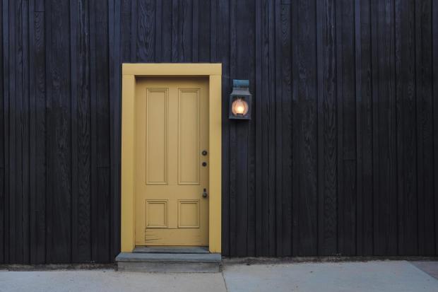 Светло-коричневая дверь в темной стене