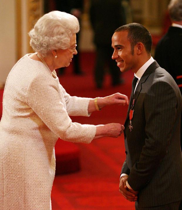 Королева вручает орден гонщику