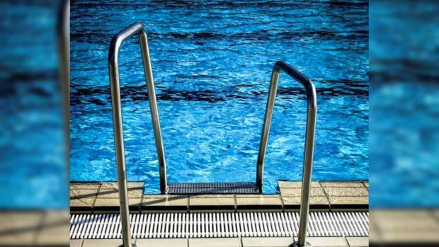 Лесница ведущая в бассейн