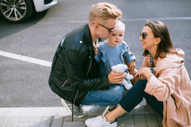 Молодые родители с маленьким ребенком