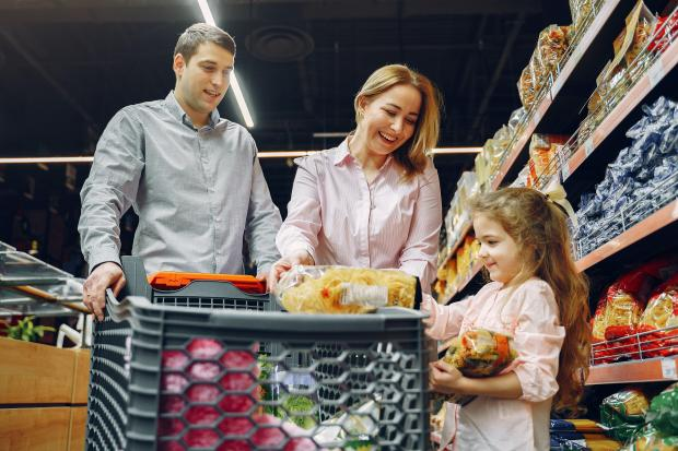 Семья делает покупки в супермаркете