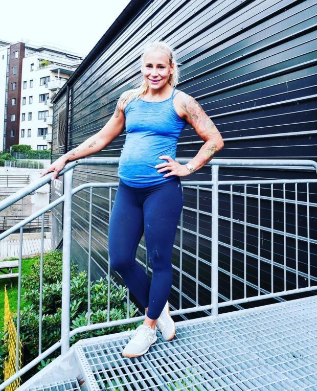 Беременная женщина в спортивной одежде