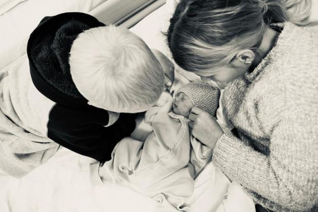 Мама, сын и новорожденная дочь