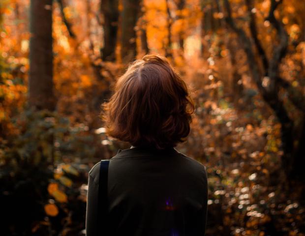 Темноволосая девушка в осеннем лесу