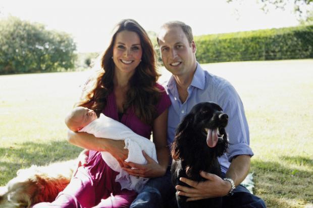 Кейт Миддлтон и Принц Уильям позируют для фото с новорожденным сыном и собакой