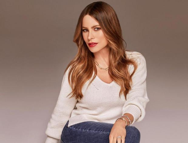 София Вергара в белом свитере и синих джинсах