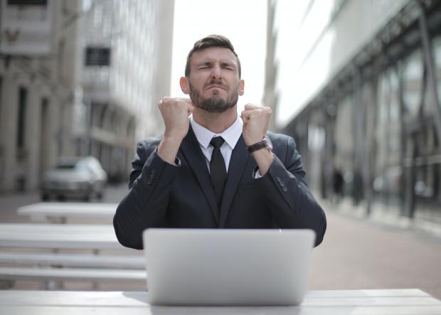 Мужчина в костюме сидит перед компьютером