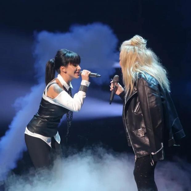 Юлия Волкова и Лариса Долина поют на сцене телешоу
