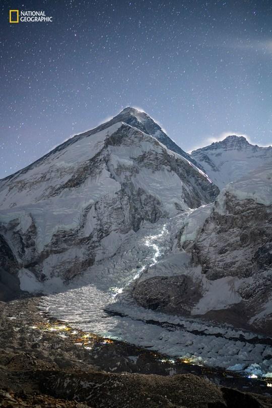 Эверест на фоне ночного неба