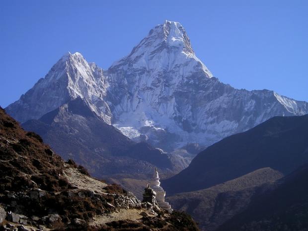 Гора Эверест в снегу